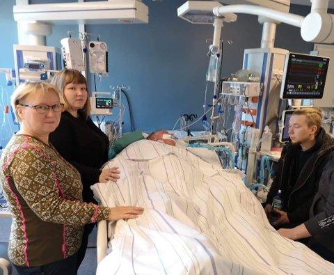 I DET UVISSE: På dette tidspunktet vet ikke kona Karin og barna Therese og Karl Ruben om Henrik vil overleve. Han var rammet av multiorgansvikt etter sepsis som følge av pneumokokk og lungebetennelse.