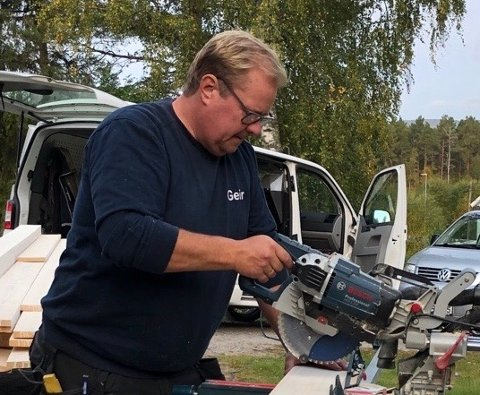 TRAVEL: Geir Fagermoen (bildet) og Freddy Bakker tar alle mulige slags småjobber på bygda og har hatt mer enn nok å gjøre siden oppstarten tidligere i år.