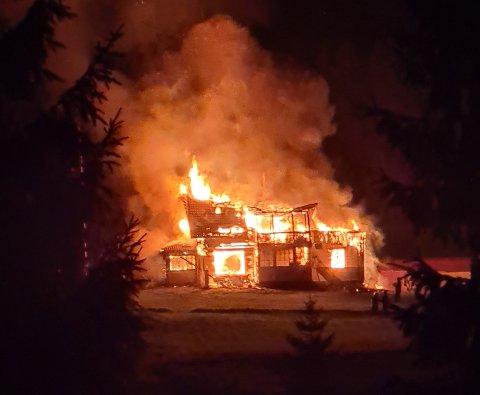 Full fyr: Brannvesenet klarte ikke å redde bolighuset som ligger kun meter fra Aurskog på Søndre Mangen.