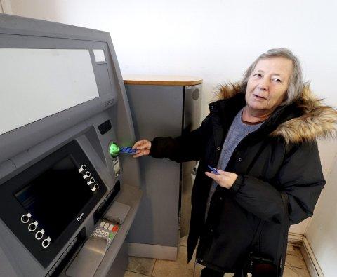Nå kan Brith Ohrem ta ut penger: – Nordea gjorde et unntak, og åpnet kontoen min, selv om jeg ikke har vist pass ennå, sier hun. Foto: Pål Nordby