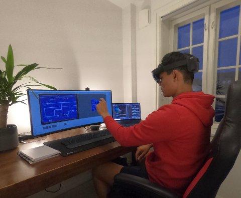 HOLOLENS:  Erik Iversen forteller at hjemmekontor ikke er så verst når man har tilgang på splitter nye HoloLens 2