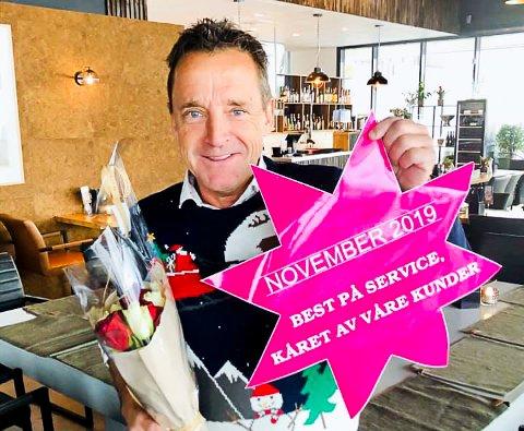 BEST: Per Ivar Hansen mottok den rosa stjernen fra senterleder på Skedsmo senter, Julie Frostmann, som bevis på at kundene har stemt frem restauranten hans som den beste bedriften på service.