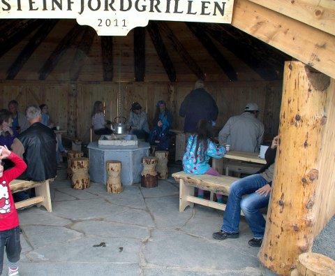 Bruk hytta: Steinfjorden bygderåd vil gjerne at flest mulig skal bruke grillhytta, men det fordrer at alle rydder opp etter seg. Dette bildet er fra da grillhytta ble åpent. Foto. Eirik Eidissen