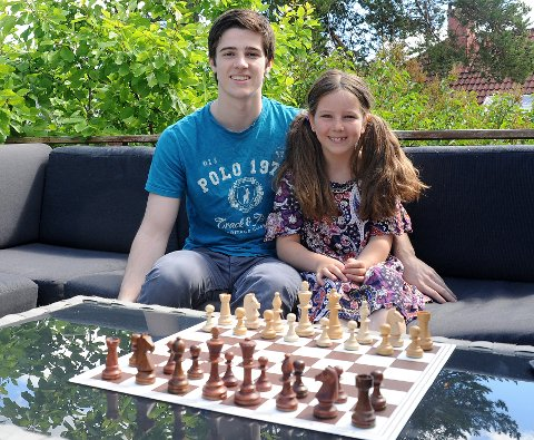 SØSKEN: Johans lillesøster,  Elisa Salomon Johansen, spiller litt sjakk.
