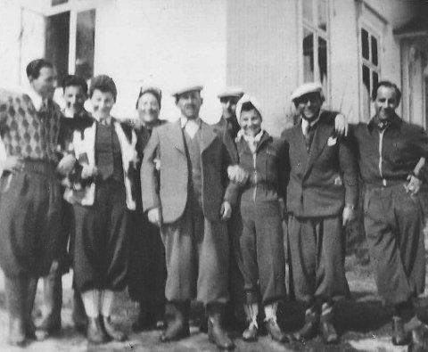 Her er et bilde av hele familien Sachnowitz på gården Gjein i Stokke under krigen, utlånt av Hermans døtre Rita Porat og Marion Gamain