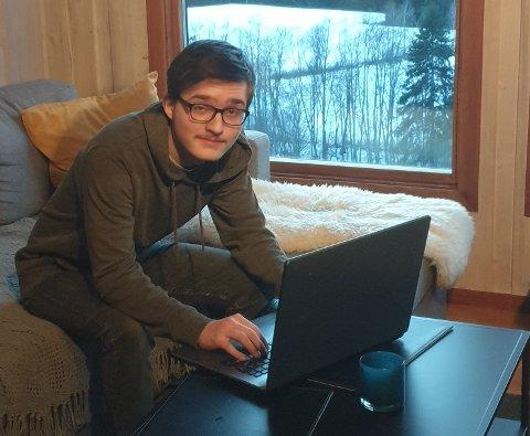 NETT-TRØBBEL: Kristoffer Gundersen (18) er eldstemann i søskenflokken. Nå håper han på raskere internett i boligen i Kragstadmarka.