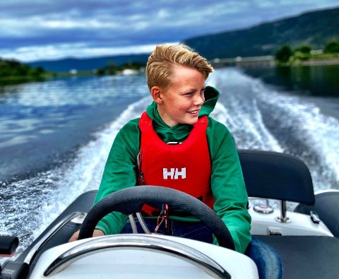 UNG BÅTFØRER: Fra 1. juli kan Alexander Winther Moe (13) kjøre fortere med båten sin, uten å bryte reglene.