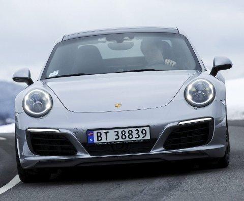 HØY FART: Porsche 911 er en kostbar bil, likevel er den nest mest solgt i sportsbilsegmentet i Norge. FOTO: NTB scanpix