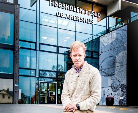 REKTOR: I dagens orientering til HiOA-styret fra rektor Curt Rice er Kjeller diskvalifisert på grunn av avstanden på 3,3 km fra Lillestrøm stasjon. Her er han på Kjeller. Foto. Vidar Sandnes