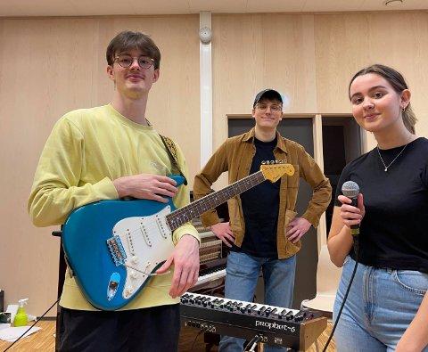 KLARE: Mathias Keilegavlen, Ole-Petter Ålgård og Thea Sofie Vervik Barka er klare for konsert i Strand kyrkje tysdag kveld.