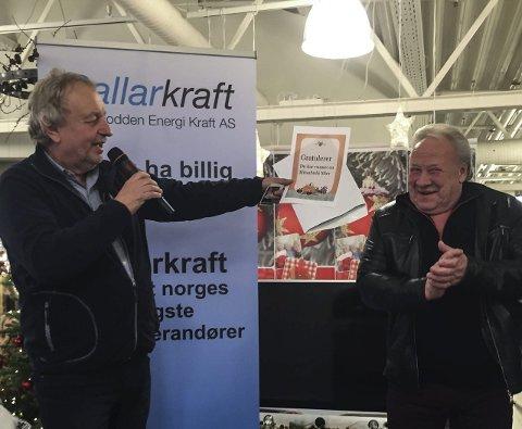 Vant bil: Her blir Eivind Hagen utropt som vinner av billotteriet i regi av Rallarkraft og Notodden energi. Henning Johanson overrekker her nøklene.