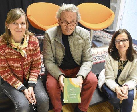 INVITERER: Mari Anne Hustad, Bjørn Frode Moen og Bjørg Tråserud tror det blir en fin prat om både bearbeiding av sorg – og soppinteresse tirsdag kveld.