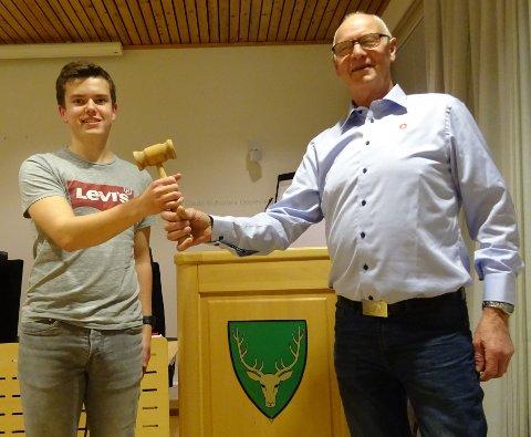 Joakim Myklebost Tangen (16) tar over formannsklubba fra Per Rotlid (77) i Gjemnes Fremskrittsparti.