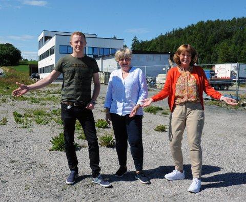 Odd Arne Flataukan, Jorunn Husby Nekastad og Anne Husby Dyrseth synes det er veldig kjekt å komme på jobb etter at søpppelfyllingen utenfor kontordøra i bygget bak er fjernet. Trioen er mildt sagt begeistret.