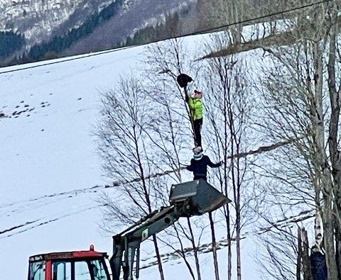 Her klatrer Jørgen opp den siste delen for å få løs katten. - Det var litt ekkelt, forteller han