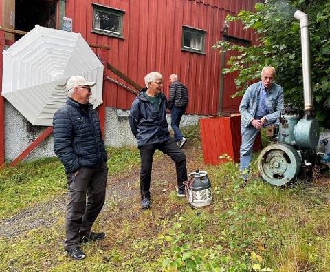 Sabben tøffa sin taktfaste velkomst til museumsgjestane. Fiskarveteran Kjell Osen frå Smøla (t.v.) saman med maskinistane Anders Vaagland og Gunnar Strand. I bakgrunnen Rolf Sæther.