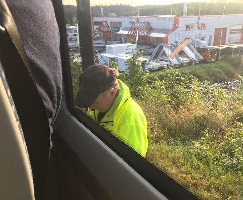 DYR BUSSTUR: Her blir passasjerene på bussen tatt i beltekontroll.
