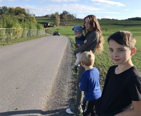 HØY FART: Foreldrene er bekymret for høy fart i Fonsveien. Søsknene Svein Helge Eiriksson (10 mnd), Saga Knutsen Eiriksdottir (12), Karl Eiriksson (3) og Ari Eiriksson (7) må passe på når de ferdes ute i veien.