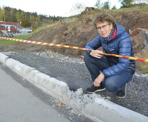 Ødelagt: Rådgiver Liv Strand la ikke skjul på at hun var overgitt over hærverket på betongkanten. Nå er forholdet anmeldt. Arkivfoto
