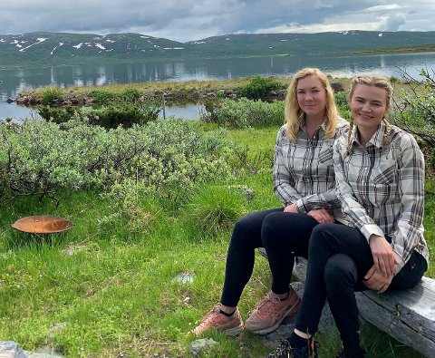 Ny driver: Karoline Ellingsbø t.h.) er den nye driveren på Haugseter. Hun har fått med seg sin gode venn Mathilda.
