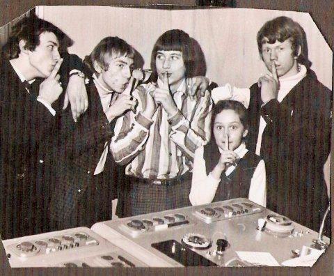 Anne-Metter og The Enemies (Jahn Teigen nr to f.h.) fra innspillingen av «En hemmelig hemmelighet» i Roger Arnoffs studio 1966.
