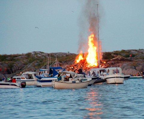 Fest i flammer: Båtene pleier å dukke opp rundt bålet rundt klokken 21:30.Foto: Arkiv