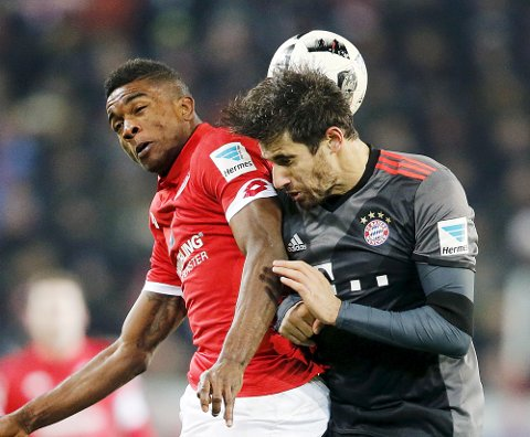 Mainz's Jhon Cordoba, left, and Bayern's Javi Martinez challenge for the ball during a German first division Bundesliga soccer match between FSV Mainz 05 and Bayern Munich in Mainz, Germany, Friday, Dec. 2, 2016.(AP Photo/Michael Probst)