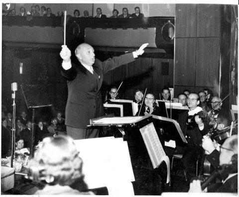 Knut Tjønneland visste kunsten å begeistre. Han var alltid ytterst korrekt antrukket, men var aldri stiv og formell. Han kunne være høytidelig uten å ta seg selv høytidelig, og derfor tillate seg selv å eksempelvis dirigere Harmonien.
