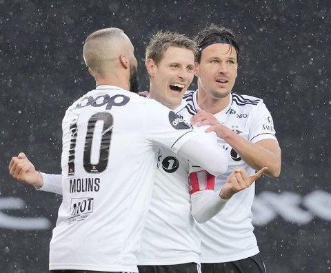 Kristoffer Zachariassen (i midten) har storspilt for Rosenborg i serieinnledningen, og er toppscorer i eliteserien med seks mål etter fem kamper. Foto: NTB