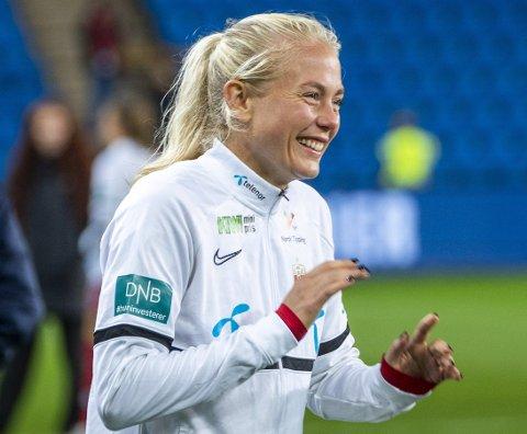 Sandviken-stopper Guro Bergsvand innrømmer at hun ble passe stresset da ballen falt i beina på henne, men etterpå var debutanten bare et stort smil. Foto: Terje Pedersen, NTB