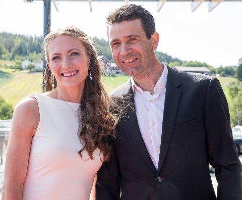 FLOTT PAR: Ole Einar Bjørndalen og Darja Domratsjeva tar i mot gjester på sitt avskjedsselskap på Hellerudsletta.