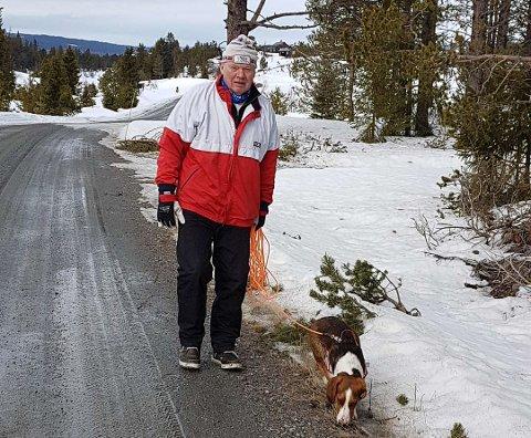 SKIKKELIG UTRIVELIG: Ivar Harry Nilsen har flere ganger opplevd at hunden hans har spist folkemøkk som ligger i skogkanten langs stien på Øya.