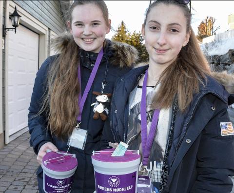 Med bøsser: Brita Kathrine Knutsen Solø (14) og Madeleine Armas Klaussen (14) fra Tranby.