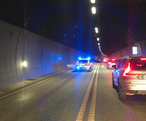 RASK RESPONS: Politi og ambulanse var raskt på plass etter at to biler kolliderte front mot front i Bragernestunnelen mandag kveld.