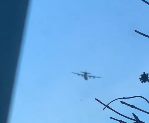 Dette flyet fløy i lav høyde over Drammen tirsdag ettermiddag.