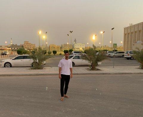 TILBAKE: Gustav Wikheim har returnert til Saudi-Arabia. Her er han avbildet foran treningsfasilitetene til klubben Al Fateh.