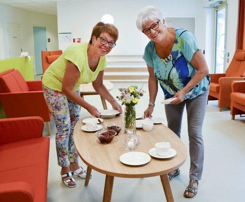 Kaffe og vafler: Nestleder Anne Kirsti Pedersen til høyre, og leder Greta Andersen dekker bordet.