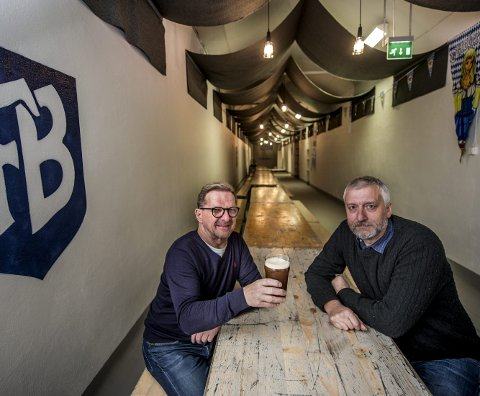 Klare for oktoberfest: Armand Fjeld og Svein Erik Dahle har brygget øl til oktoberfesten på Fredrikstad bryggeri. Foto: Geir A. Carlsson