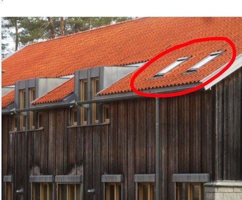 Godkjent: Hvaler rådhus har de samme takvinduene som kommunen nekter en hytteeier på Skipstadsand å sette inn. Kommunens byggesakssjef mener at rådhuset på Skjærhalden og en hytte på Skipstadsand ikke kan sammenlignes.