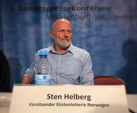 PÅ PRESSEKONFERANSE: Kystlotteriets Sten Helberg på pressekonferanse i Tyskland.
