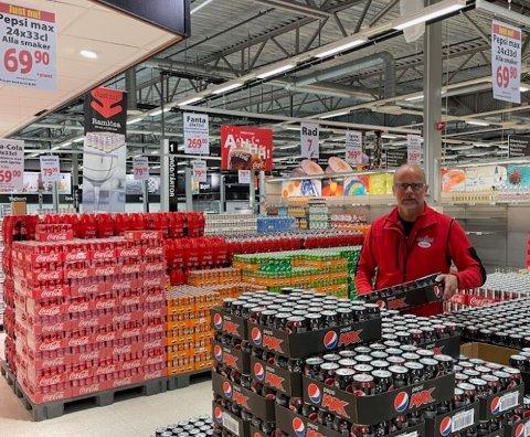 Ole Jørgen Lind er i full gang med å fylle butikkhyllene med varer på MaxiMat Nordby.