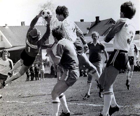 Borre i farta: Det har vært mye moro – og mange herlige kamper med Borre-fotballen opp gjennom årene. Her har vi et glimt fra slutten av 70-tallet, og vi ser Sven Pedersen, Louis Belaska og Bernt Abrahamsen i aksjon på Gjengangerens arkivfoto.