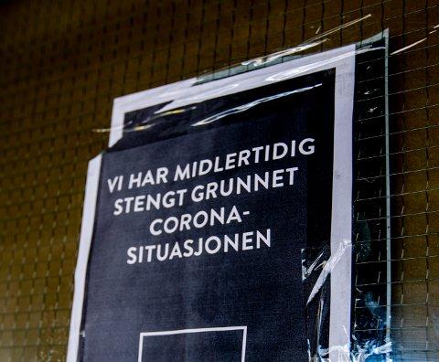 KONKURS: Utenfor firmaets lager på Strømmen henger det fortsatt lapp om at de er stengt grunnet korona-situasjonen. Realiteten er at firmaet gikk konkurs før helga.