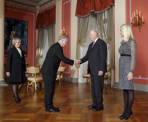 På slottet: Jan Reidar Reidem og kona Anne-Gunhild Reidem hilser på kong Harald og kronprinsesse Mette-Marit under torsdagens mottakelse på Slottet. Foto: Heiko Junge / NTB scanpix service