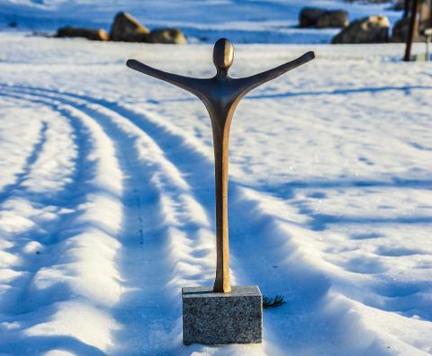 ÅRETS ILDSJEL: Den som vinner kåringen «Årets ildsjel», får denne statuetten laget av Lise Amundsen samt 25.000 kroner til laget eller foreningen der ildsjelen utfører sitt virke.