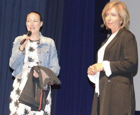 GAVE: Etter foredraget overrakte initiativtaker Karine Einang en «Brannmenn mot kreft»-trøye  til Hanne Kristin Rohde. Foto: Svein Knutsen