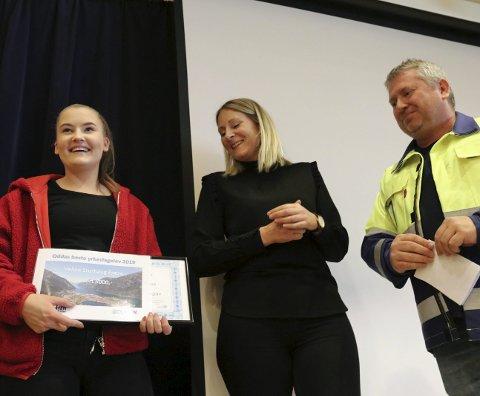 Beste yrkesfagelev: Veline Storhaug Fjæra med det synlige beviset på at hun er best. I midten står Berit Åkre fra Boliden og til høyre står Nils Johan Ystanes fra TTI.