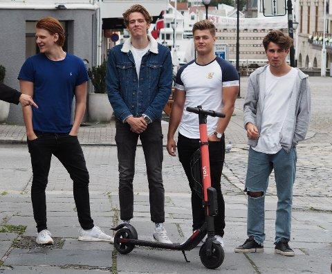 TESTET: Leif Martin Kvamen (20), Sivert Solli (21), Herman Helgesen (19) og William Norlander (19) testet el-sparkesyklene til Voi søndag.