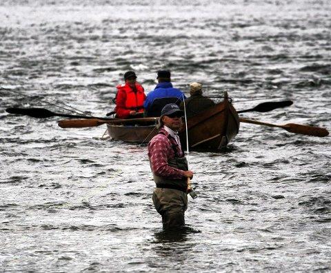 FISKER GRATIS: Her ser vi et eksempel på at en finsk elvebåt fisker på norsk side, noe de har kunnet gjøre gratis siden den nye Tana-avtalen kom i 2017. En ny finsk lovtolkning gjør at denne retten i praksis utvides.