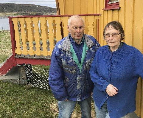 UVISS FRAMTID: Ekteparet Sverre og Alma Hansen har bodd hele livet på Langfjordnes. De trives godt i den veiløs bygda, men nå er det mørke skyer på himmelen. Deres frykt handler om hurtigbåten, den eneste forbindelsen de har med omverden